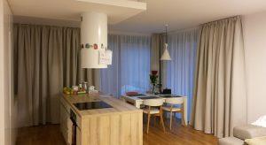 Moderný interiér s funkčným zatemňovacím závesom