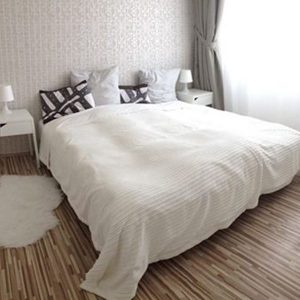 Pôvodne jednoduchá biela spálňa zútulnela dodekorovaním stien a okien.